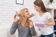 La hija da a su madre un regalo Imagen de archivo libre de regalías