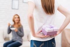 La hija da a su madre un regalo Fotos de archivo libres de regalías