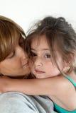 La hija de abarcamiento de la madre Fotografía de archivo