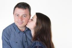 La hija de la muchacha hace un beso del abrazo al padre hermoso con dulzura Imágenes de archivo libres de regalías