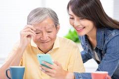 La hija enseña al móvil del uso del padre fotos de archivo libres de regalías
