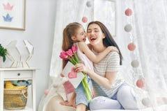 La hija está felicitando a la mamá fotografía de archivo libre de regalías