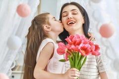 La hija está felicitando a la mamá imagen de archivo libre de regalías