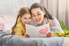 La hija está felicitando a la mamá fotos de archivo libres de regalías