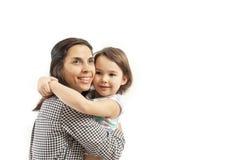 La hija feliz abraza a su madre, aislada en el fondo blanco imagenes de archivo