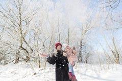 La hija joven de la madre y del bebé el invierno vacation Imagen de archivo libre de regalías