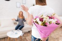 La hija le da las flores de la madre Fotografía de archivo