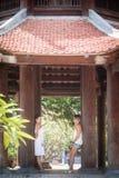 La hija mayor feliz de la madre y del adulto mira la cámara y el soporte, inclinándose en pilares Fotos de archivo