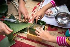 La hija que aprende hacer que Chungkin se apelmaza por las manos con su primer del padre, torta de Chungkin es el vietnamita trad Imagen de archivo libre de regalías