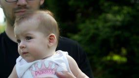 La hija se sienta en las manos del papa almacen de video