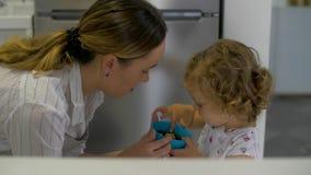 La hija trae a madre un cuenco con las bayas almacen de video