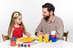 La hija y el padre que unen Imagenes de archivo