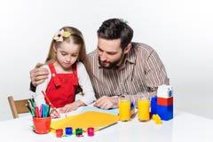 La hija y el padre que unen Imágenes de archivo libres de regalías