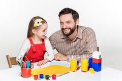 La hija y el padre que unen Fotos de archivo libres de regalías