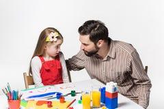 La hija y el padre que unen Foto de archivo