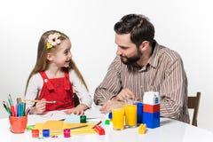 La hija y el padre que unen Imagen de archivo