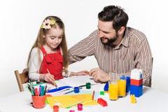 La hija y el padre que unen Imagen de archivo libre de regalías