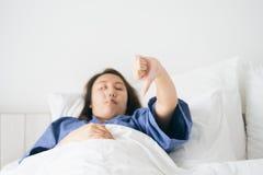 La hipotermia hermosa asiática de la mujer ha sido medida por la fiebre Li imágenes de archivo libres de regalías