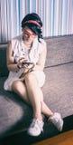 La hippie de fille ont le style de vintage d'amusement affectueux du téléphone Photographie stock libre de droits