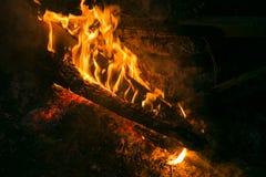 La hoguera en la madera, las luces rojas y la quemadura alojan imagenes de archivo