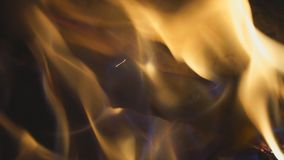 La hoguera quema en la noche metrajes