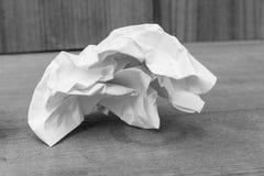 La hoja abstracta del Libro Blanco monocromático, empapela arrugado Fotografía de archivo libre de regalías