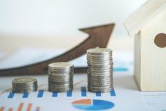 la hoja de cálculo financiera de la acción de actividades bancarias con la pila de moneda, contiene Fotografía de archivo