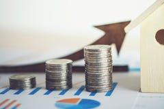 la hoja de cálculo financiera de la acción de actividades bancarias con la pila de moneda, contiene Imagenes de archivo