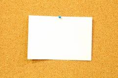 La hoja de papel blanca en tablero del corcho - añada el texto Imagen de archivo libre de regalías
