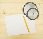 La hoja de papel con el lápiz y el círculo vio encendido Fotografía de archivo libre de regalías