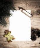 La hoja de papel en blanco en un piso de madera con el lápiz y la Navidad adorna el fondo Imágenes de archivo libres de regalías