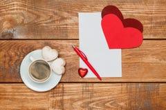 La hoja de papel y la pluma en blanco con los corazones Fotos de archivo