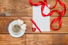 La hoja de papel y la pluma en blanco con los pequeños corazones Imagen de archivo