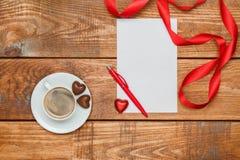 La hoja de papel y la pluma en blanco con los pequeños corazones Imagen de archivo libre de regalías