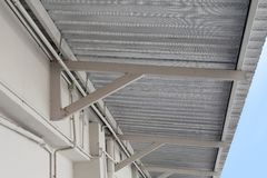 La hoja de la resistencia de la fibra del aislamiento debajo del tejado, instala la hoja del papel de aluminio, aislamiento del d fotografía de archivo libre de regalías