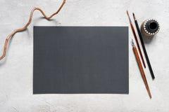 La hoja en blanco del negro texturizó el papel y las herramientas de dibujo fotos de archivo libres de regalías