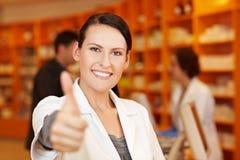 La holding del farmacista sfoglia in su Immagine Stock