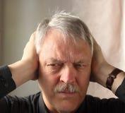 La holding dell'uomo cosegna le orecchie Fotografia Stock Libera da Diritti