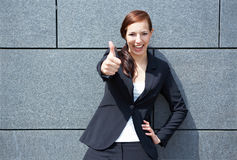 La holding della donna di affari sfoglia in su Fotografie Stock