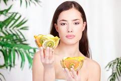 La holding della donna lancia in pieno di frutta Fotografia Stock