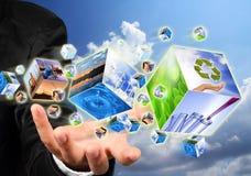 La holding della mano con ricicla il cubo di immagine di simbolo. Fotografie Stock