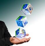 La holding della mano con ricicla l'immagine di simbolo. Immagine Stock