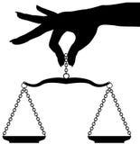 La holding della mano della persona pesa l'equilibrio della scala illustrazione di stock