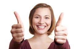 La holding felice della donna sfoglia in su Fotografie Stock