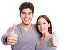 La holding felice delle coppie sfoglia in su Fotografia Stock