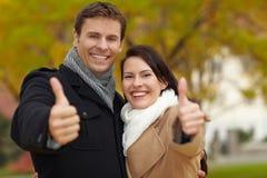La holding felice delle coppie sfoglia in su Fotografie Stock
