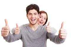 La holding sorridente delle coppie sfoglia in su Fotografia Stock