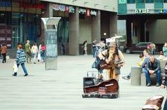 La hombre-orquesta, Mikhail Karetko juega cerca de la estación de Ladoga en St Petersburg fotos de archivo