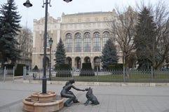 La Hongrie, Budapest, le chiffre du ` une fille jouant avec un ` de chien Photos stock
