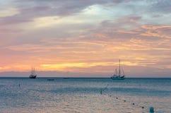 La hora de oro con los barcos de vela en el mar anclado Fotos de archivo